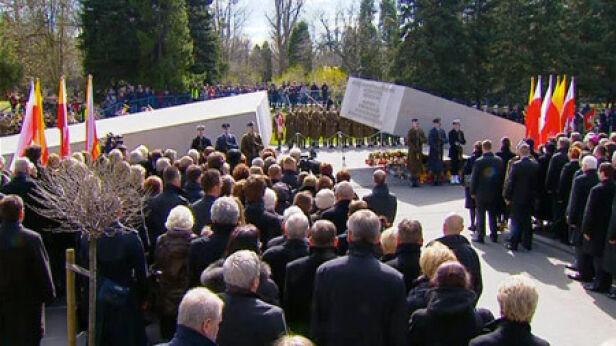 Pomnik ofiar katastrofy smoleńskiej na Powązkach archiwum TVN 24