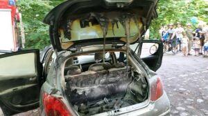 """Strażacy gasili samochód. """"Niedogaszony grill"""" w bagażniku"""