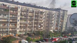 Pożar dwóch aut w garażu, sześć zastępów straży w akcji