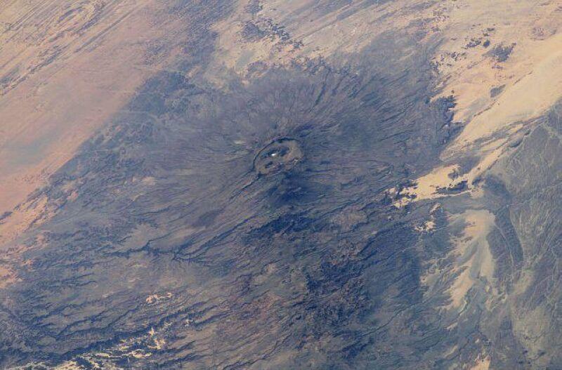 Zdjęcie satelitarne fragmentu masywu Tibesti z najwyższym wzniesieniem -wulkanem Emi Koussi (NASA)
