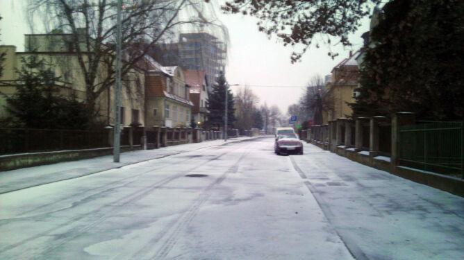 Poznańska ulica po porannych opadach śniegu (TVN24 Poznań)