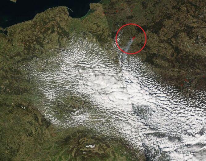 Zdjęcie satelitarne pożaru w Biebrzańskim Parku Narodowym, 22 kwietnia 2020 (NASA)